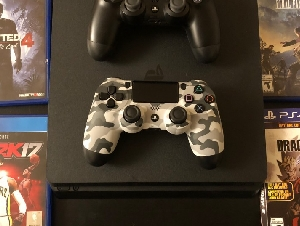 出售自用几乎全新PS4 Slim 两个手柄和 4 款游戏